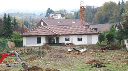 Das Grundstück Sandweg mit ca. 2.565 m² wird für die Bebauung hergerichtet. Hierzu ist es notwendig, das bestehende Gebäude zu entfernen.